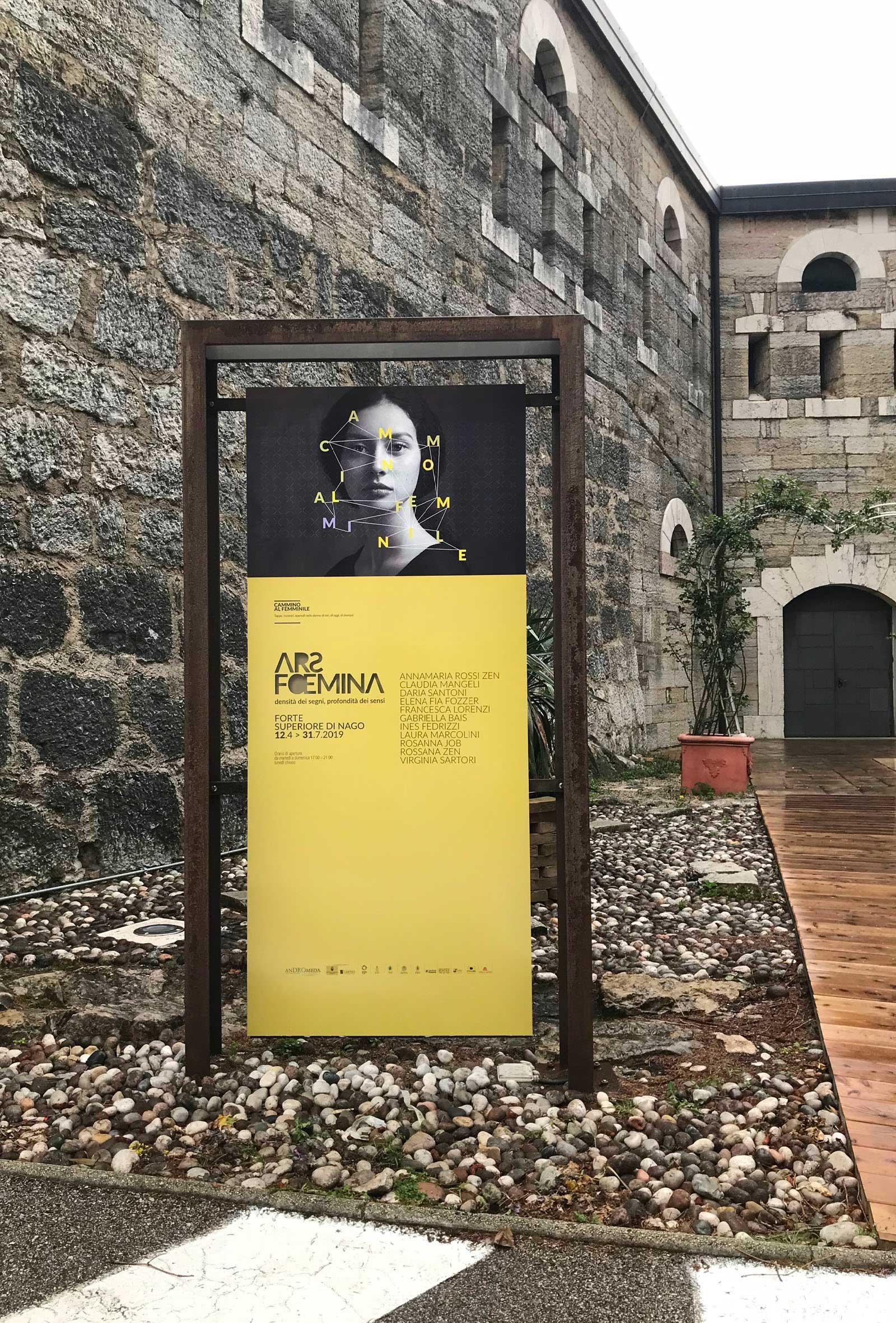 segnaletica stradale, progetto Diadestudio per la mostra di arte al femminile Ars Foemina