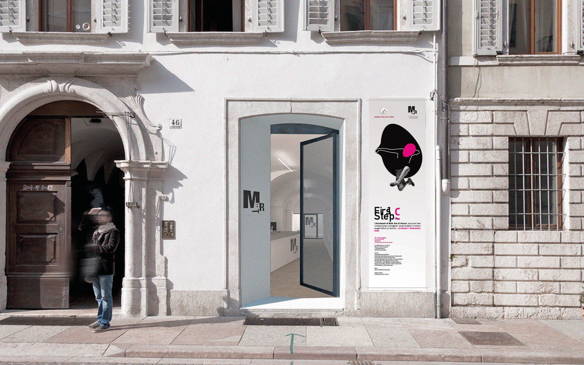 progetto per la segnaletica Firststep 9 di accademia Verona, in collaborazione con galleria Civica Trento. Progetto grafico della agenzia grafica Diadestudio di Arco Tn