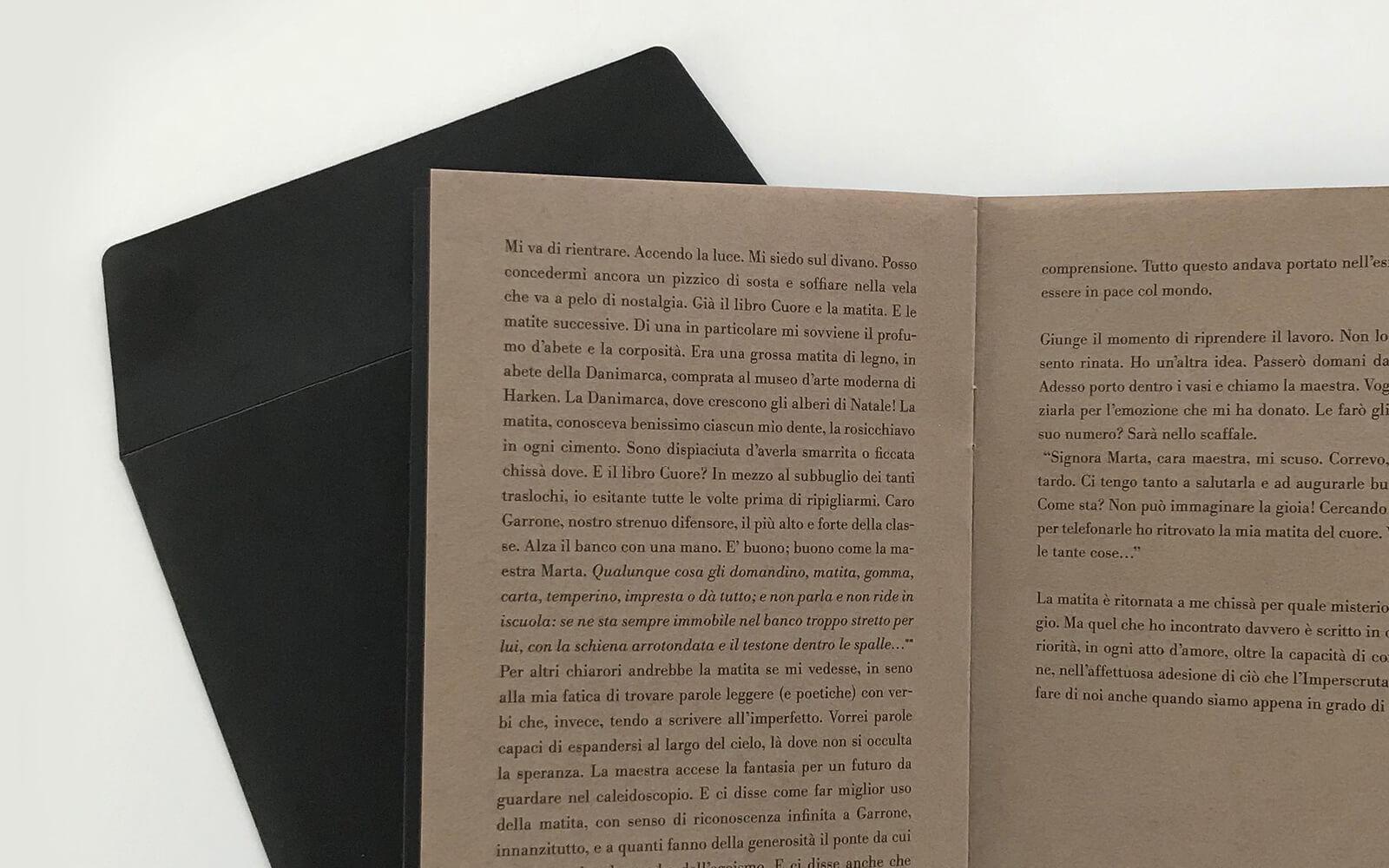 busta nera coordinata alla copertina e pagine interne brochure, creata da diadestudio arco trento