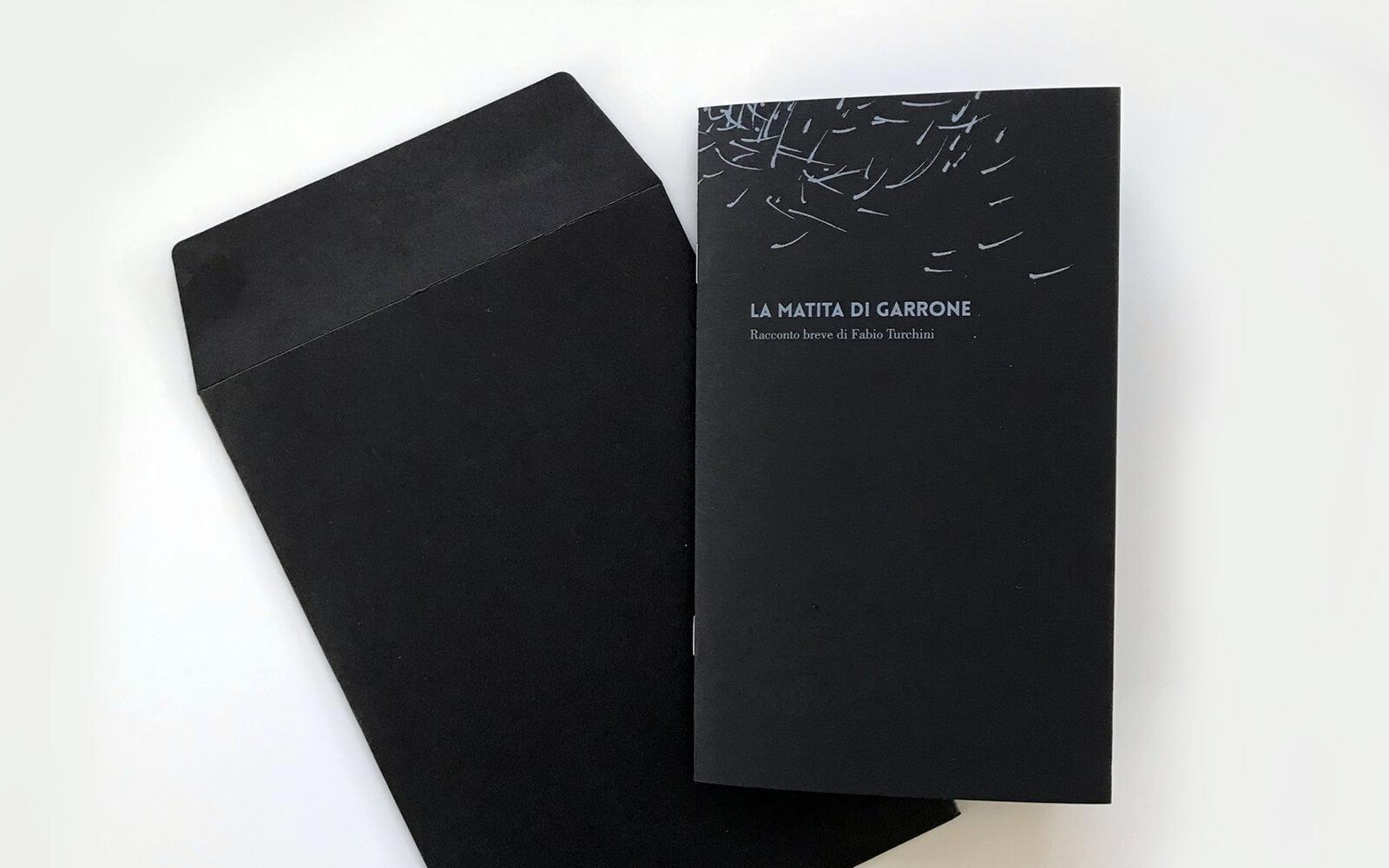 copertina della brochure e busta coordinata del libretto La Matita di Garrone, dello studio di progettazione grafica Diade Studio di Arco Tn