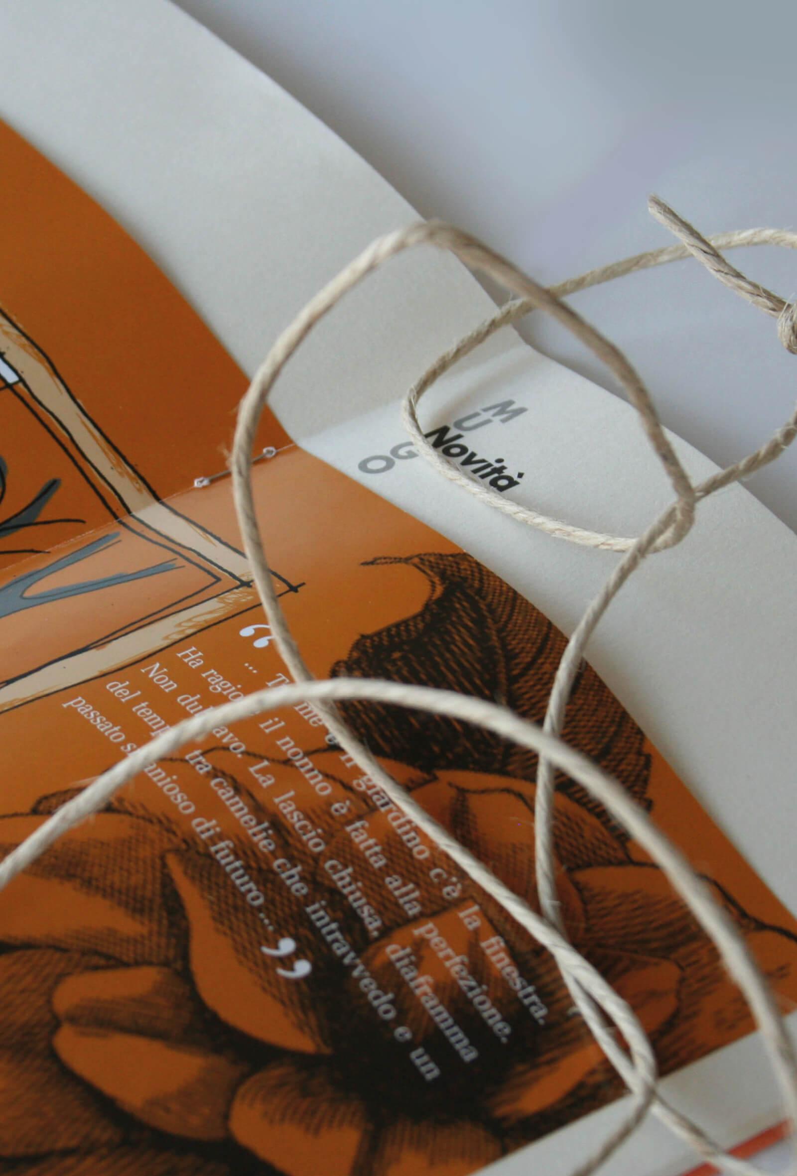 illustrazione per libretto -quel piccolo cosmo- dettaglio pagine interne e rilegatura. Storytelling di Fabio Turchini e illustrazioni da Laura Marcolini per Diadestudio, Trento.