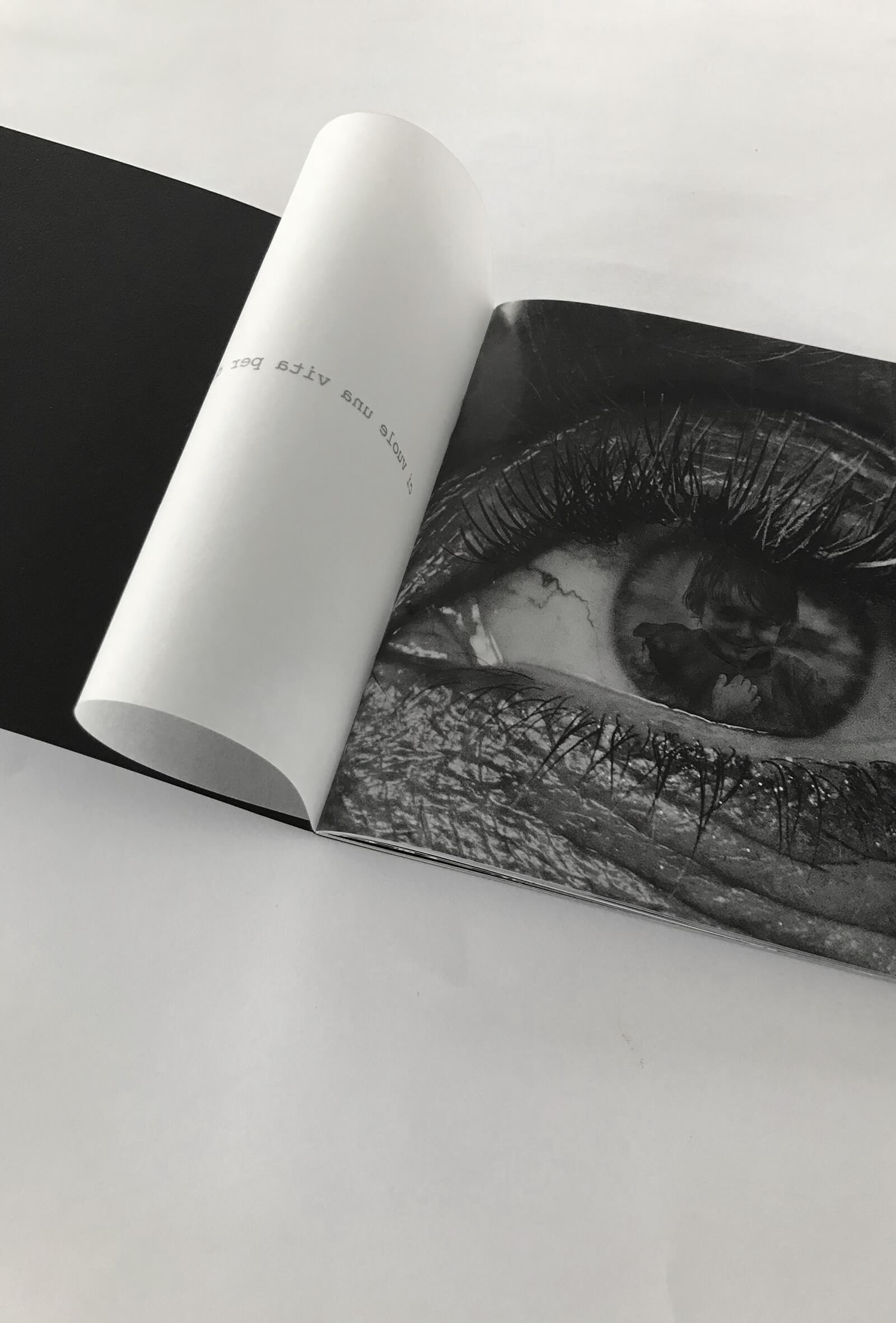 dettaglio del catalogo d'arte -Mirror di Francesca Lorenzi-realizzato in cartoncino nero e carta da lucido, progettato dall'agenzia pubblicitaria Diade studio
