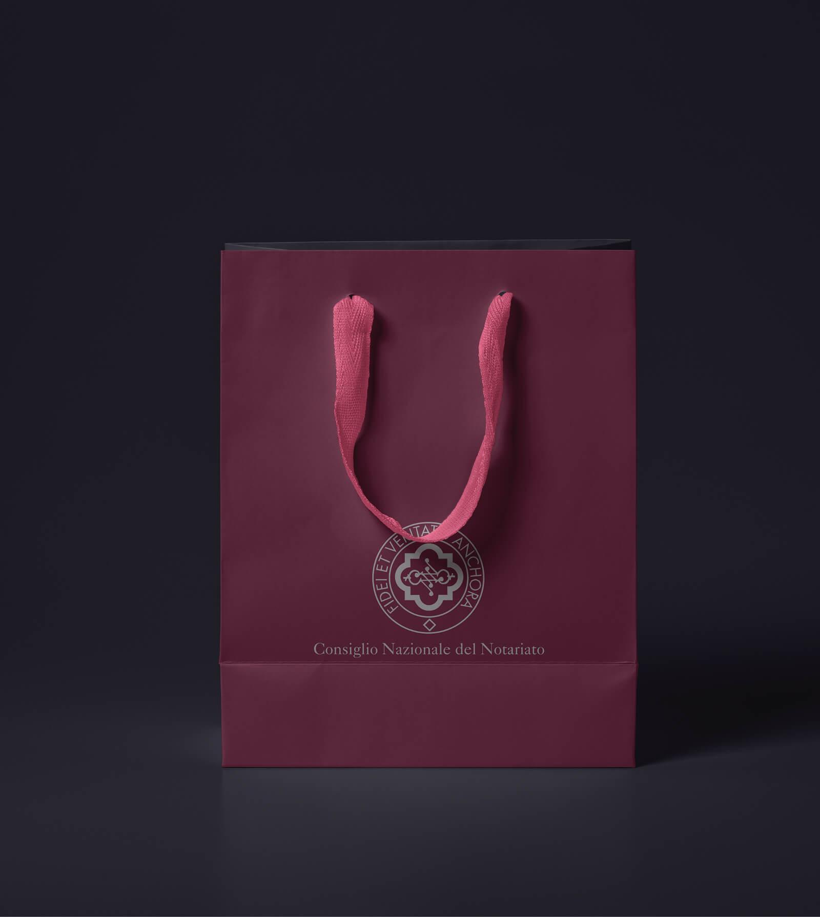 borsa in carta personalizzata creata per l'evento Congresso Notariato, progetto diade studio grafico arco trento