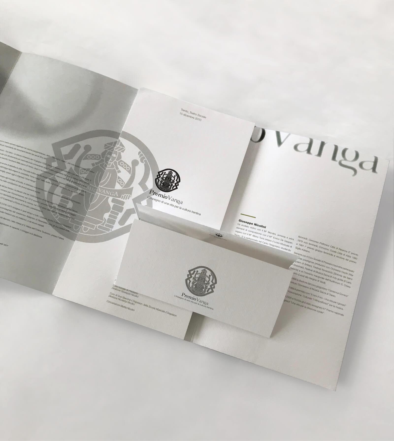 marchio in bianco e nero e dettaglio immagine coordinata creata per l'evento -premio vanga provincia di trento- con il coordinamento immagine agenzia di comunicazione diadestudio arco di trento