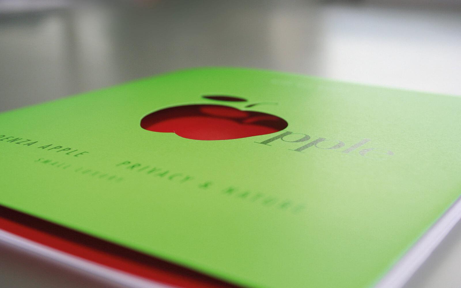 dettaglio progetto grafico della copertina verde fluorescente e fustella per brochure Apple. Progetto grafico dello studio di grafica Diade studio Arco di Trento