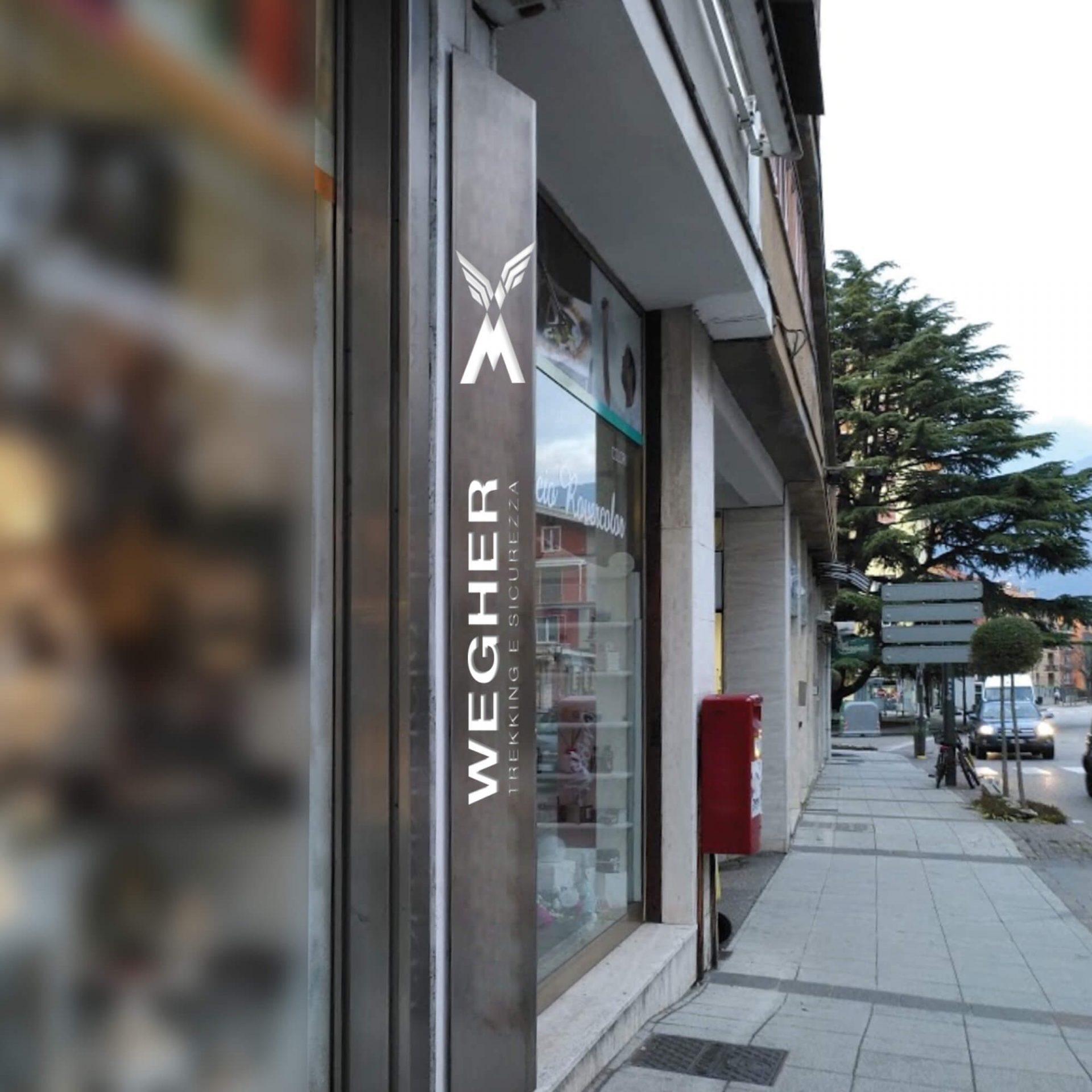 dettaglio insegna negozio creata per punto vendita abbigliamento e coordinata al progetto del marchio e dell'identità aziendale, realizzata da diade studio grafico arco trento
