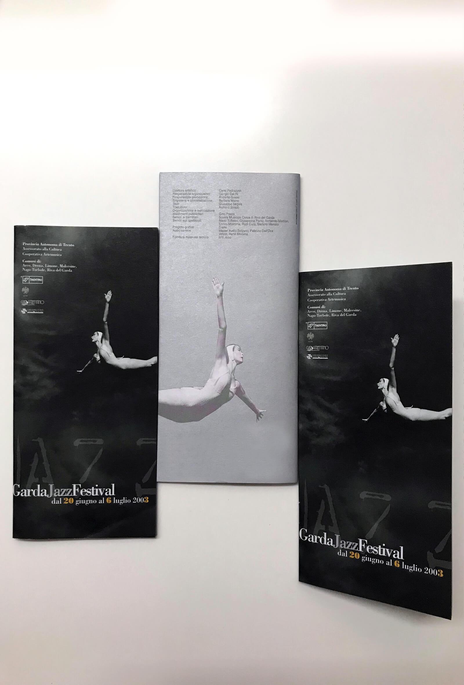 dettaglio di copertina della brochure stampata su carta argento, realizzata per garda jazz festival, e progettata dalla agenzia di comunicazione diade studio arco di trento