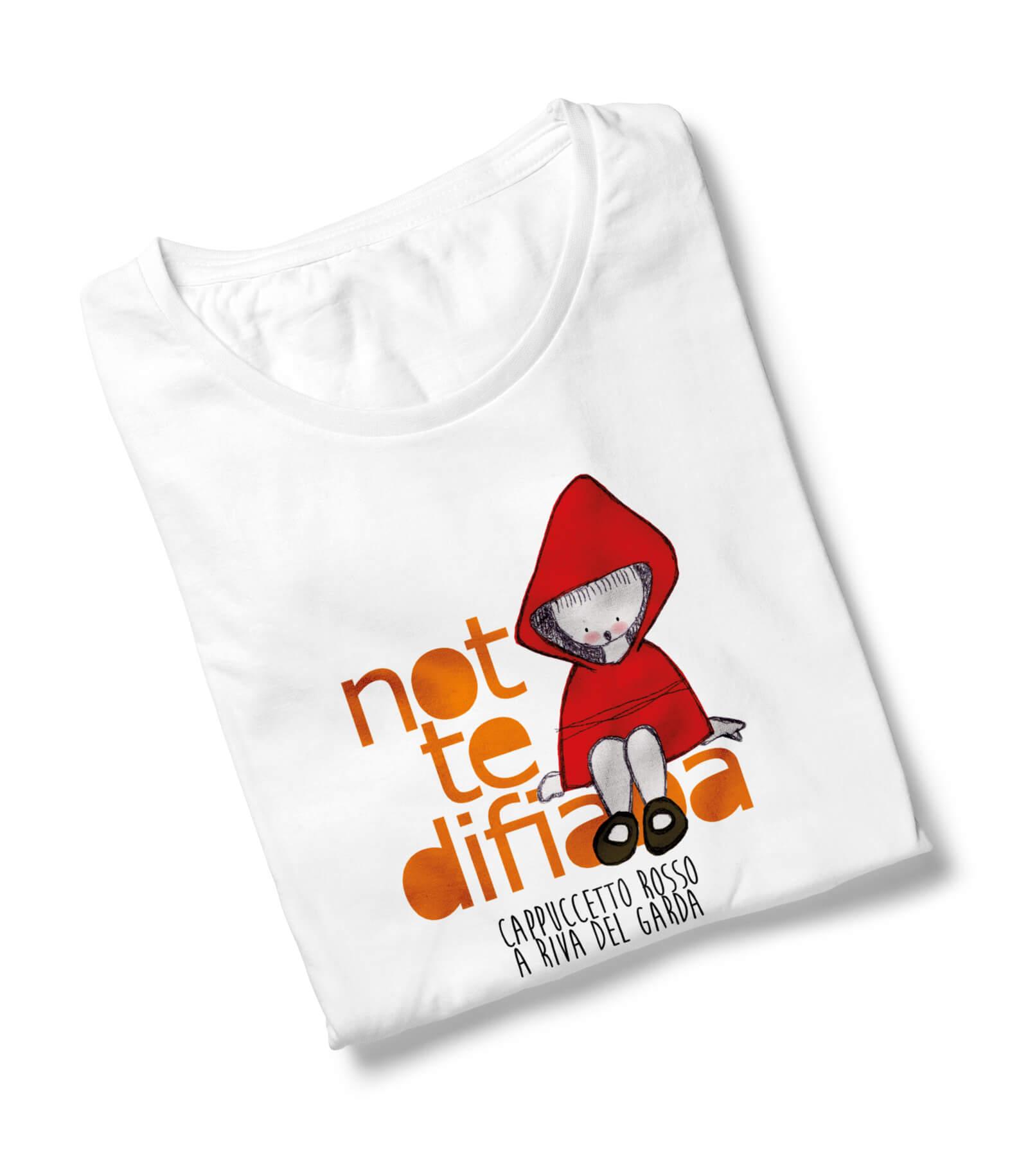 maglietta bianca con stampa a colori cretata per l'edizione di notte di fiaba cappuccetto rosso, dalla agenzia di comunicazione diadestudio di arco trento